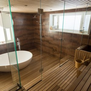 Wood in the bathroom: walls, floors and furniture